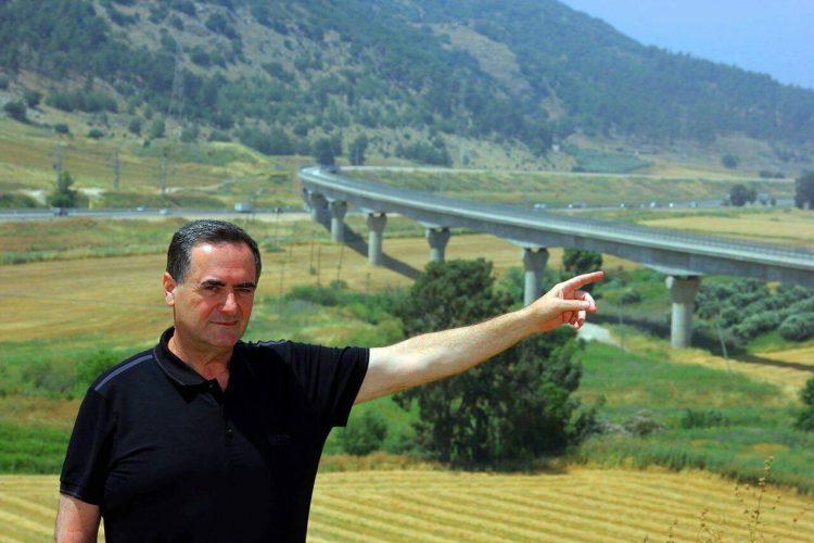 השר כץ מצביע על תוואי הרכבת החדשה | צילום מתוך עמוד הפייסבוק של השר