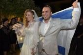 הזוג נכנס לחופה כשהוא עטוף בדגל ישראל