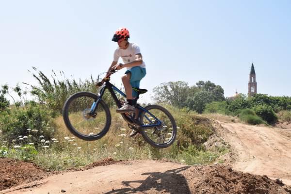 ביום בו החלה האכיפה כנגד רכיבה במדרכות – נחנך שביל אופניים אתגרי