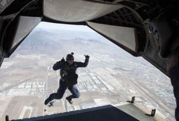קפץ מגובה של 7,600 מטרים ללא מצנח ונחת בשלום